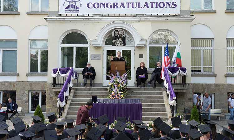 Посланик Ерик Рубин поздравява Випуск 2017 на Американския колеж в София